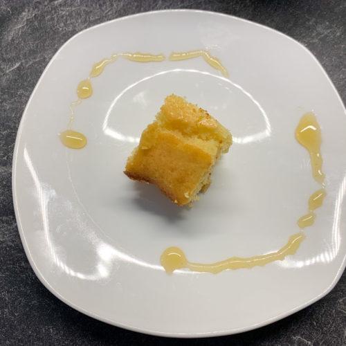 résultat final du gâteau au miel et à la fleur d'oranger dans une assiette blanche sur plan de travail en marbre