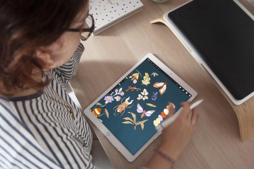 Lucie avec une jolie illustration sur tablette